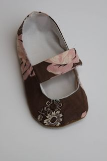 Free DIY Baby Bootie Pattern...so cute but after step 3 my brain was scrambled, lol. These would be cute for my baby nieces!