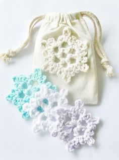Free pattern - Cute little snowflake, easy & fast - use to decorate drawstring calico gift bags or stiffen with Mod Podge to make a garland