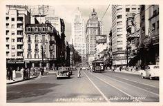 Avenida São João, acredito que entre 1948/1950. O fotógrafo está posicionado na altura do Largo do Paiçandu, onde o pessoal está esperando pelo ônibus. Esse prédio na esquina da esquerda ainda existe, na outra esquina as lojas Eduardo. No plano médio temos do lado esquerdo o Palácio do Correio e do direito o Conservatório Dramático Musical. Lá no fundo, do lado esquerdo da pra ver a construção da Sede Banco do Brasil, inaugurado em 1954, o edifício Altino Arantes e o Martinelli.