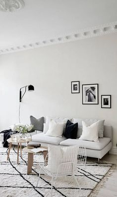 Minimalist Living Room Decor with Gray Sofa in Sweden via Stadshem Scandi Living Room, Home And Living, Living Room Decor, Living Room Interior, Simple Living, Living Rooms, Home Renovation, Home Remodeling, Design Scandinavian