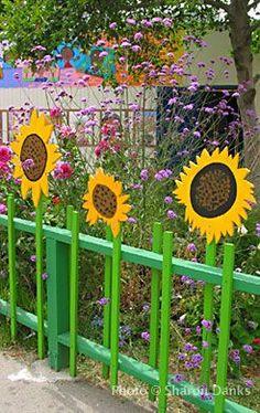 Add a little fun to your fence – best garden decoration - Zaun Backyard Fences, Garden Fencing, Fence Landscaping, Sensory Garden, Fence Art, Outdoor Classroom, Garden Club, Garden Projects, Garden Ideas