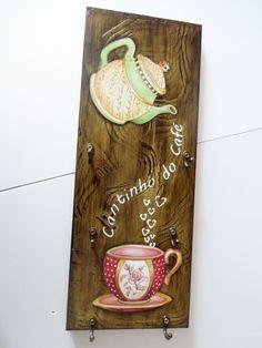 Porta-xícaras confeccionada em mdf trabalhada com pintura artística, imitação de madeira, aplicação de stencil, decoupage e técnica de envelhecimento com proteção de verniz especial. <br> <br>Decora sua cozinha e também a sala de estar, ou aquele cantinho especial destinado a degustação de uma bela xícara de café junto aos amigos ou ao ser amado. <br> <br>Além de decorar seu ambiente, esta peça possui 6 ganchinhos próprios para pendurar delicadas xícaras de café. <br> <br>Obs. As xícaras…