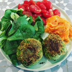 Lunchtime! Falafel-erwtjesburgers met veldsla, tomaatjes en kort gegaarde worteltjes, mooi kleurenpalet niet? Voor de falafel-erwtjesburgers ging ik als volgt te werk (voor twee personen als lunch)…