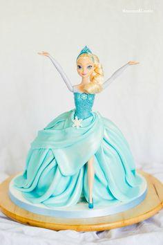 Tarta de muñeca Elsa (Elsa Doll cake) 4th Birthday Cakes, Barbie Birthday, Frozen Birthday, Frozen Doll Cake, Elsa Doll Cake, Fancy Cakes, Cute Cakes, Muñeca Elsa Frozen, Elsa Cakes