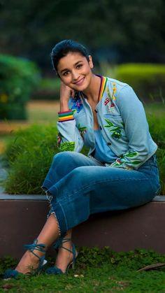 All india girl alia bhatt Indian Celebrities, Bollywood Celebrities, Bollywood Fashion, Bollywood Stars, Bollywood Images, Beautiful Bollywood Actress, Beautiful Indian Actress, Beautiful Actresses, Alia Bhatt Photoshoot