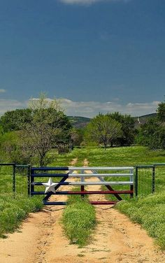 Texas-style farm gate on a ranch in Texas. Texas-style farm gate on a ranch in Texas. Front Gates, Entrance Gates, Farm Entrance, Cattle Gate, Farm Gate, Farm Fencing, Ranch Life, Texas Homes, Texas Hill Country