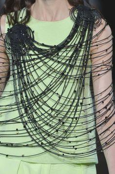 STAMPE, PATTERNS, LAVORAZIONI ED EFFETTI DI SUPERFICIE DALLA SETTIMANA DELLA MODA DI MILANO (COLLEZIONI DONNA A/I 14/15) / 5 Dalle sfilate moda donna di Milano, bellissimi dettagli e ispirazioni. Giorgio Armani.