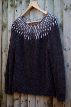 Modern fair isle yolk neck sweater in charcoal gray with light gray details on Ravelry: Lisa-Mai's Sólbein Sweater Knitting Designs, Knitting Patterns, Fair Isle Pattern, Fair Isle Knitting, Cardigan Pattern, Girls Sweaters, Knitwear, Knit Crochet, Ravelry
