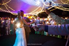 Sparklers para a dança dos noivos!   #casamento #destinationwedding #casamentonapraia #cerimonia #wedding #sparklers #dancadosnoivos #primeiradanca #noivinhasdeluxo