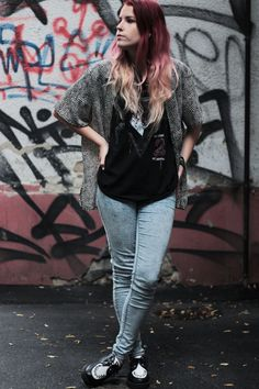 Grunge outfit: leopard shirt with Alice Cooper tee. More on the frogoncatwalk.com | IG @sofibalogh