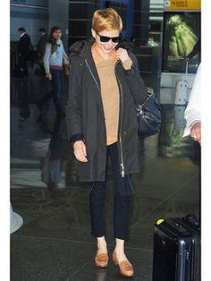 メンズライクなミリタリー調コートの着こなしは、シャツ×ニットというプレッピーなレイヤード
