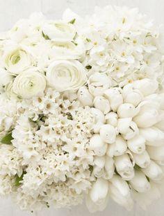 White roses and tulips for an all white wedding bouquet for the bride - Un bouquet tout blanc pour la mariée, pour un mariage immaculé.