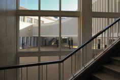 Escola Marquesa de Alorna, vista para o pátio, a partir da escadaria principal da escola, restaurada, Lisboa, 2008-2012<br />Foto Laura Castro Caldas & Paulo Cintra