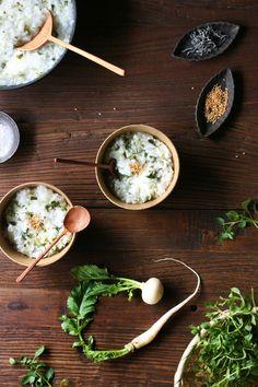 年末年始のごちそう続きで、胃腸に疲れが出てきた方も多いのではないでしょうか。 今回は江戸時代に始まったとされる風習、七草粥に注目しました。春の七草を使った、七草粥の作り方とアレンジレシピをご紹介します。 「家族みんなが健康に暮らせますように!」と願いながらお粥を食べてみてはいかがでしょうか。