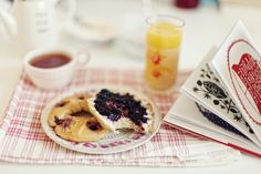 Blueberry bagel with cream cheese and blueberry jam, pineapple/orange juice, tea