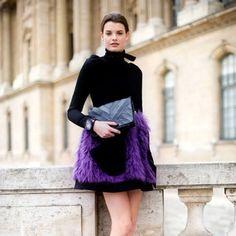 Romantismo puro nesse look com saia roxa, tirando o tédio previsível da produção - Purple fever: os looks com roxo que estamos pinando já!