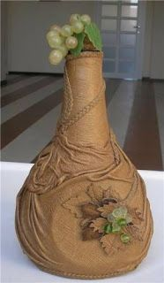 Aprende cómo decorar botellas de vidrio con medias nylon o telas de todo tipo ~ Mimundomanual Wine Bottle Art, Diy Bottle, Wine Bottle Crafts, Yarn Bottles, Bottles And Jars, Plastic Bottle House, Decoupage Glass, Recycled Glass Bottles, Vase Crafts