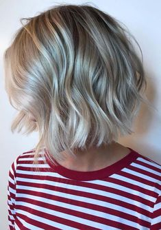 We've tried our best to provide you so many awesome butter blonde hair colors for short to medium hair cuts in Ladies who have short hair looks they must use to wear this fresh hair color in these days. Medium Short Hair, Short Hair With Bangs, Medium Hair Cuts, Hairstyles With Bangs, Medium Hair Styles, Short Hair Styles, Medium Blonde Bob, Retro Hairstyles, African Hairstyles