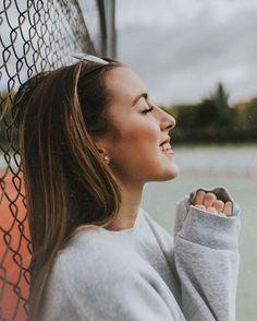 I p i n t e r e s t: xyuunn – – Photography Portrait Photography Poses, Photography Poses Women, Creative Photography, Photography Tips, Photography Sketchbook, Woman Photography, Landscape Photography, Picture Poses, Photo Poses