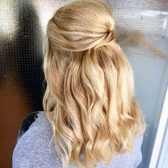 #halfupdo #curls #juhlakampaus Osittain kiinni oleva juhlakampaus.