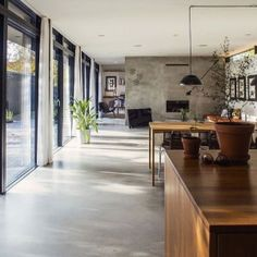 Offene Küche Ideen: So richten Sie eine moderne Küche ein design de cozinha aberta em paredes de concreto de estilo industrial e móveis de madeira para casa Interior Exterior, Exterior Design, Interior Architecture, Interior Ideas, Simple Interior, Concrete Architecture, Nordic Interior, Interior Livingroom, Interior Lighting