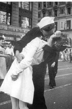 Los mejores besos de la historia: 15 de Agosto Time Square 1945, fin de la segunda guerra mundial; tomada por Alfred Eisenstadt