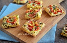 mini pizza's - ready in 30 minutes This you will need: (for 12 mini pizzas) 3 slices of puff pastry Few slices pepperoni Grated cheese Cherry Tomatoes Italian herbs beaten egg I Love Food, Good Food, Yummy Food, Appetizer Recipes, Snack Recipes, Cooking Recipes, Mini Pizzas, Snacks Für Party, Happy Foods
