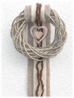 """_*Moderner Türkranz - Weidenkranz*_      Ein grau gekalkter Weidenkranz in Natur - grau ist farblich passend mit einer breiten """"Schleppe"""" in der Farbe schlamm sowie schmaler in creme jeweils..."""