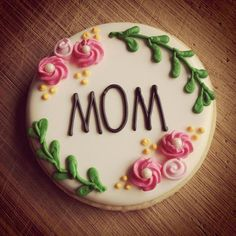 Mother's Day cookies from last year by grunderfullydelicious Pinned for decoration idea on mothers day cake Mother's Day Cookies, Fancy Cookies, Cupcake Cookies, Sugar Cookie Royal Icing, Iced Sugar Cookies, Mothersday Cake, Mothers Day Desserts, Mothers Day Cupcakes, Mom Cake