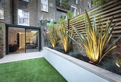 Modern Garden Design garden lighting Leamington Road Villas by Studio 1 Architects - Design Milk Design Patio, Backyard Garden Design, Small Garden Design, Backyard Landscaping, Modern Landscaping, Backyard Patio, Backyard Plants, Patio Bed, Backyard Seating