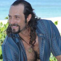 """""""Ele é um para-raios de confusão!"""", diz Fernando Pavão sobre Carlão, o hippie bonitão de #PecadoMortal http://r7.com/RU8I"""