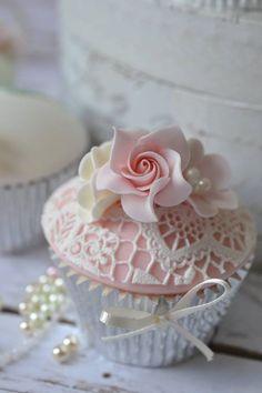 A Kindred Spirit - КОНДИТЕРСКИЕ ШЕДЕВРЫ - A Kindred Spirit — Flowers & Lace Cupcake - Fondant Cupcakes, Lace Cupcakes, Pretty Cupcakes, Beautiful Cupcakes, Flower Cupcakes, Fun Cupcakes, Wedding Cupcakes, Pearl Cupcakes, Valentine Cupcakes