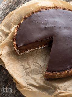 Tarta chałwowo-czekoladowa z ciecierzycy (wegańskie, bezglutenowe) Vegan Sweets, Healthy Sweets, Vegan Desserts, Eat Happy, Low Carb Side Dishes, Healthy Deserts, Sweet Tarts, Vegan Cake, Light Recipes