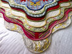 Do you want to know how to scallop any size quilt without doing math? Read on!Scallop borders add so much to a quilt and are a great way to give a plain quilt