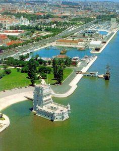 LISBOA, PORTUGAL. Torre de Belém e passeio público, ao lado do Rio Tejo.