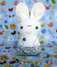 Bonequinho de tecido com detalhes bordados, um coelhinho de páscoa