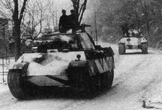 Duo de PAnther, sur une route, pendant l'hiver 44/45. Peut-être lors de la Bataille des Ardennes