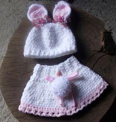 conjunto confeccionado em crochê em fio importado. <br>detalhes - laços, flores, pompom ( não é fixo, podendo ser retirado) <br>cor - branco/rosa <br>tamanhos RN/ 1 a 3 / 3 a 6 / 6 a9 meses