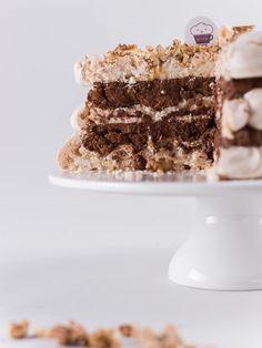 Pyszny, trzypiętrowy, świąteczny tort bezowy. Z musem piernikowym, orzechami i skórką pomarańczową, polany miodem. Jedyny tort w ofercie na zupełnie chrupkich blatach bezowych. Słodki, korzenny, bardzo świąteczny. I.... wykończony złotym pyłem :)