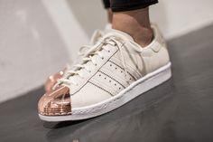 pies de mujer con tenis adidas superstar blanco y rosa