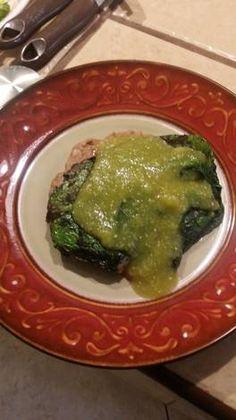 Filete de pescado relleno con salsa de hoja santa