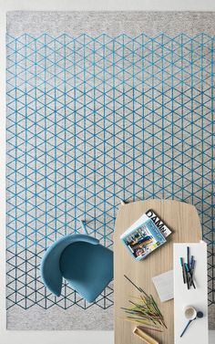 Jacquard-woven rug with a rectangular shape, made from mixed cotton and chenille yarns with plush effect and featuring a close net of triangles in the shades of sky blue on a light grey background.