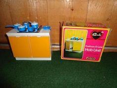 Vintage sindy keuken / eastham e-line hob unit in de originele doos, jaren 70 merk pedigree made in great britain de keuken is conmpleet met pannetjes zie verder de foto`s zie ook onze andere sindy
