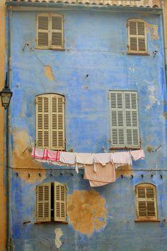 """Marseille, France - """"Il y a du linge étendu sur la terrasse, et c'est joli. On dirait le Sud..."""""""