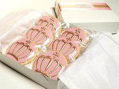 Elegant crown cookies -- these are perfect -- part of a dessert buffet, or gift bags? Crown Cookies, Fancy Cookies, Iced Cookies, Sugar Cookies, Pink Cookies, Bolacha Cookies, Galletas Cookies, Cupcakes, Cupcake Cookies
