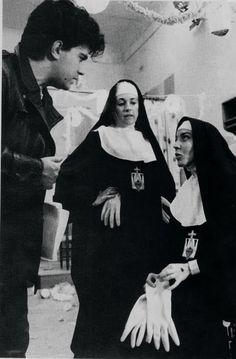 """Pedro Almodovar, Marisa Paredes y Carmen Maura en el rodaje de  """"Entre tinieblas"""" (1983)."""