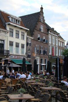 De Havermarkt, met op de achtergrond het huis 'Vogel Struys' uit 1665. In 1697 werd dit pand een refugium van het klooster St. Catharinadal in Oosterhout:
