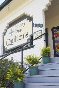 Contemporary flirts with conventional in this inventive Chico, California, quilt shop that's full of stylish surprises. Quilt Shops, Circle Quilts, Sewing Circles, Close To Home, Quilt Patterns Free, Chico California, Quilting, Shop Displays, Running