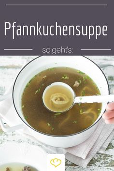 In Österreich unter dem Namen Frittatensuppe bekannt, darf die Pfannkuchensuppe in keinem Wirtshaus fehlen! Nichts wärmt an trüben Tagen besser!