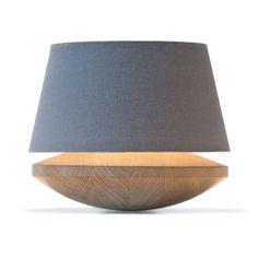 Lampe à poser composée d'une base tournée en chêne narurel, d'un abat-jour en lin de coloris titane et d'un câble d'alimentation équipé d'un variateur d'intensité lumineuse.La collection Kjell...